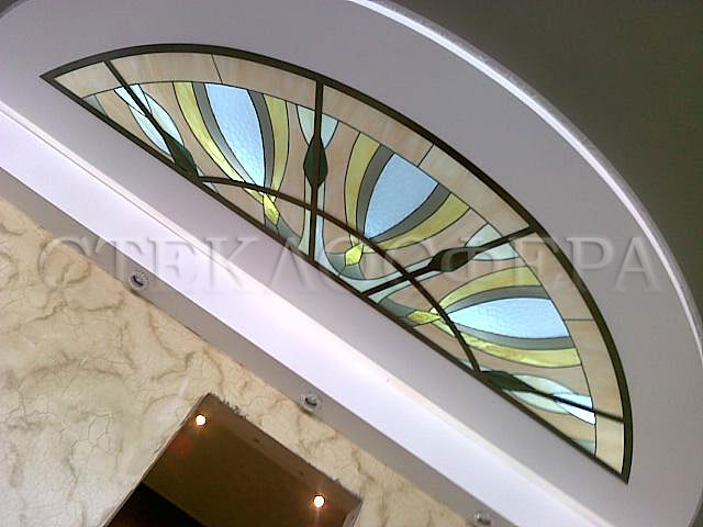 Витражные потолки, витражи на потолок (потолочные витражи). Витраж с рисунком «Павлин», парный центральному круглому витражу