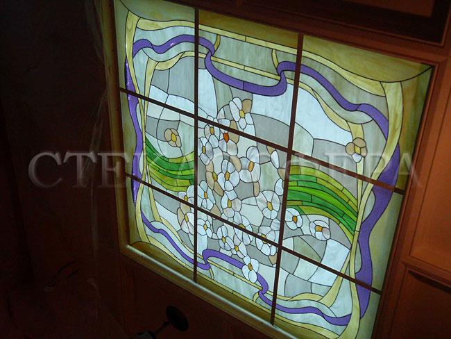 Витражные потолки, витражи на потолок (потолочные витражи). Большой витражный плафон «Подснежники» в кессонированном потолке