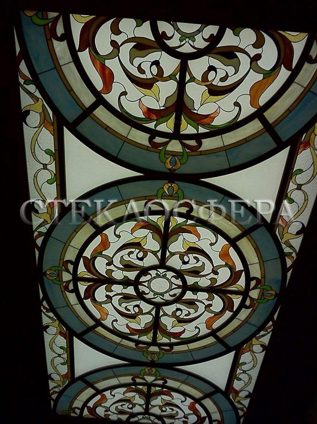Витражные потолки, витражи на потолок (потолочные витражи). Витражный потолок «Вензеля» в деревянной раме