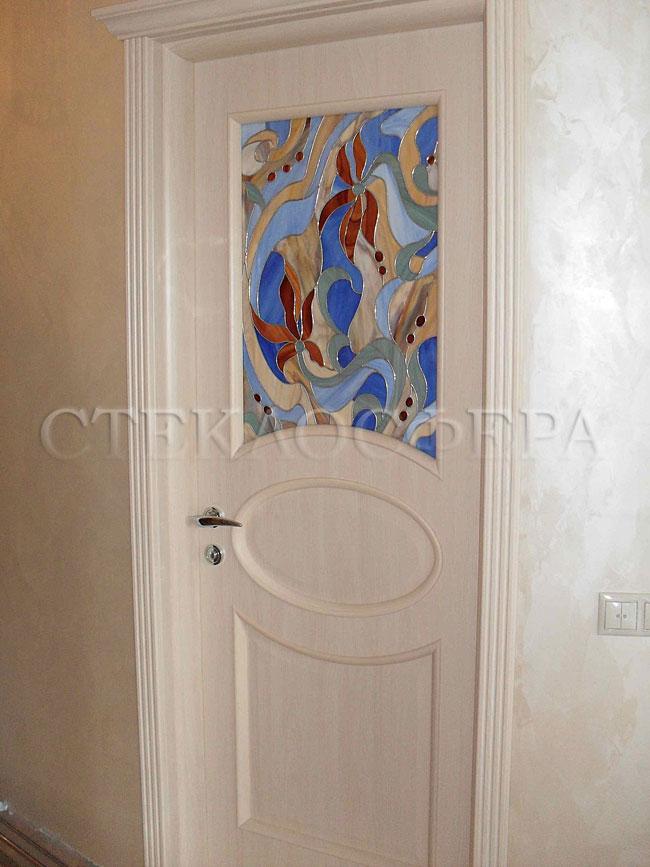 Стеклянные двери (с витражами), витражи для дверей на заказ в Москве. Классическая дверь с художественным витражом