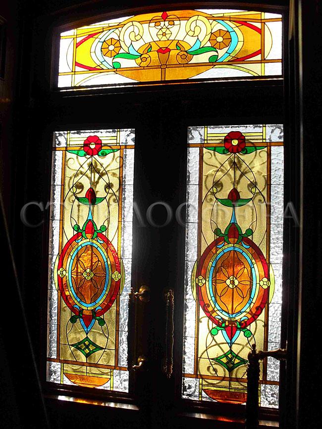 Стеклянные двери (с витражами), витражи для дверей на заказ в Москве. Романский витраж в дверях
