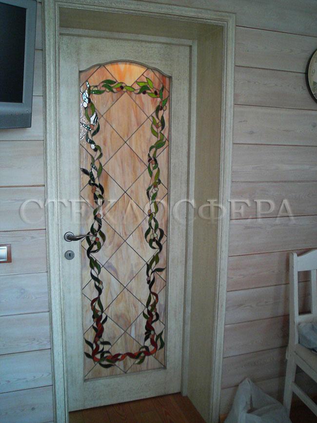 Стеклянные двери (с витражами), витражи для дверей на заказ в Москве. Дверь с витражом «оливковая гирлянда» в интерьере загородного дома