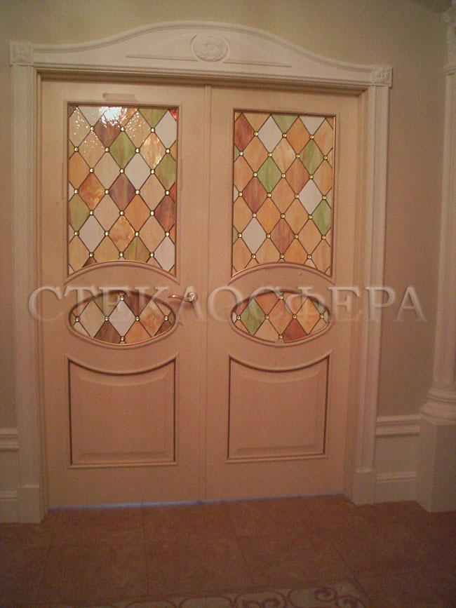 Стеклянные двери (с витражами), витражи для дверей на заказ в Москве. Витраж «ромбы-арлекин», дополненный декором «капли росы»