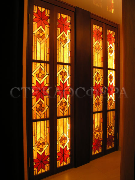Стеклянные двери (с витражами), витражи для дверей на заказ в Москве. Парные складные двери с подсветкой