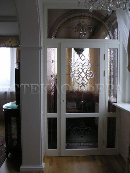 Стеклянные двери (с витражами), витражи для дверей на заказ в Москве. Витраж классического рисунка из прозрачного стекла с фацетами