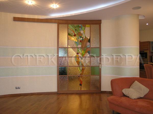 Стеклянные двери (с витражами), витражи для дверей на заказ в Москве. Раздвижная дверь с абстрактным витражом