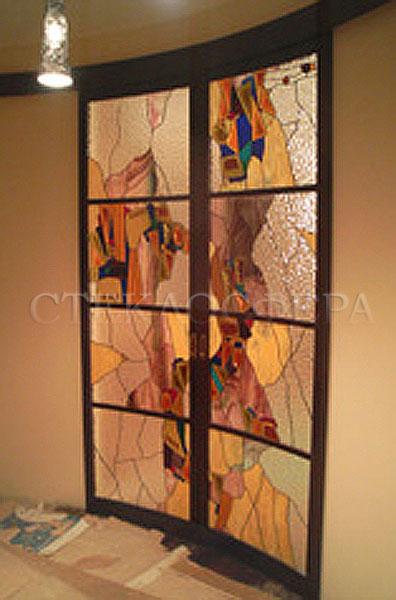 Стеклянные двери (с витражами), витражи для дверей на заказ в Москве. Двойные радиусные раздвижные витражные двери с современным рисунком