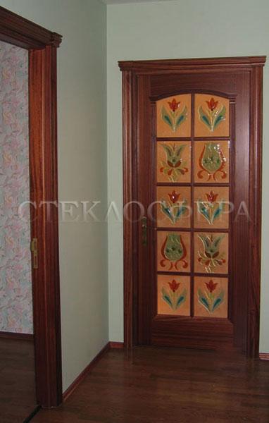Стеклянные двери (с витражами), витражи для дверей на заказ в Москве. Классическая дверь со вставками «Цветы», техника фьюзинг