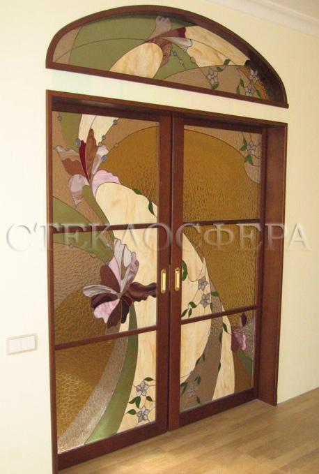 Стеклянные двери (с витражами), витражи для дверей на заказ в Москве. Раздвижные двери с арочной фрамугой с рисунком «летящие орхидеи»