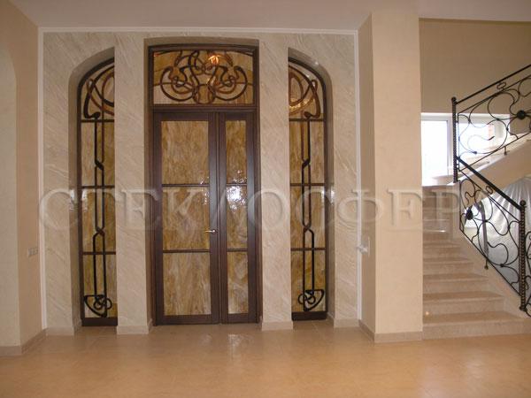 Стеклянные двери (с витражами), витражи для дверей на заказ в Москве. Входной портал коттеджа с орнаментом «Ар-Деко»