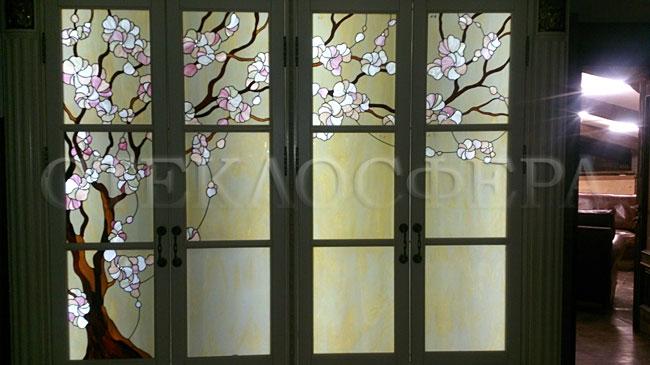 Стеклянные двери (с витражами), витражи для дверей на заказ в Москве. Витражные двери с вставками «Сакура»