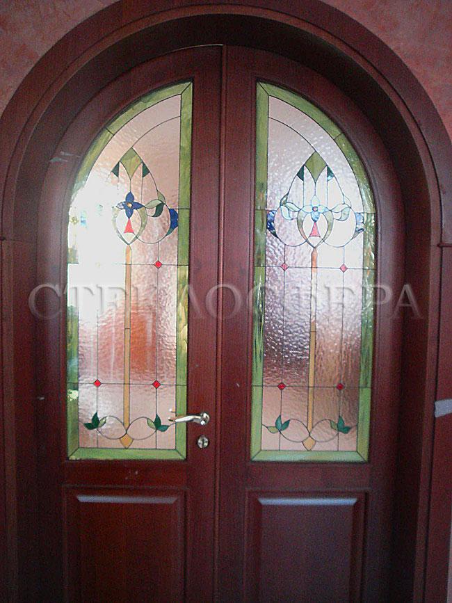 Стеклянные двери (с витражами), витражи для дверей на заказ в Москве. Витраж в романской стилистике для двойных дверей