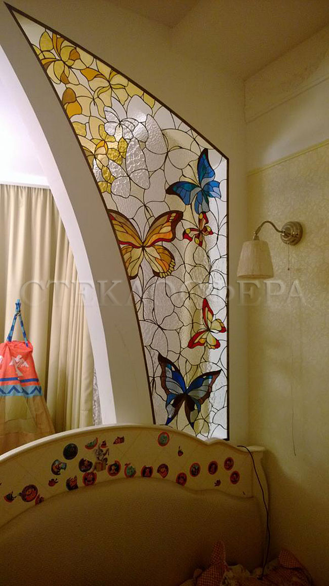 Оформление ниши, витраж в нишу, дизайн ниши в стене. Ниша из витражного стекла «Бабочки»