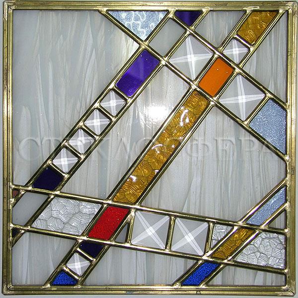 Сувениры и изделия из художественного стекла, производство эксклюзивных стеклянных сувениров. Витраж «Авангард» с фацетами в латунной протяжке