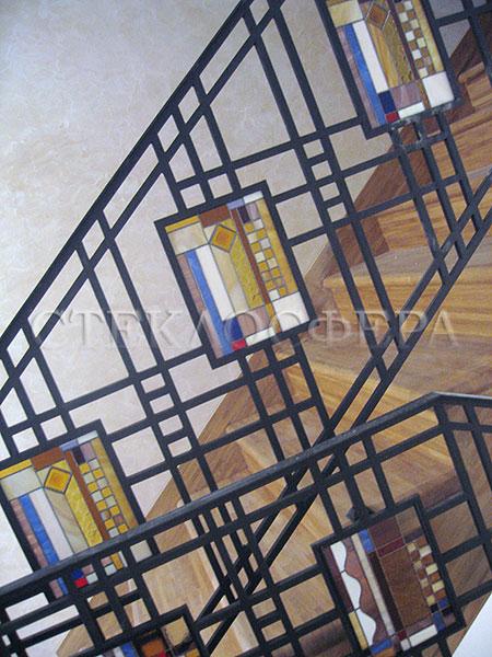 Сувениры и изделия из художественного стекла, производство эксклюзивных стеклянных сувениров. Витражные вставки в ограждении лестницы коттеджа