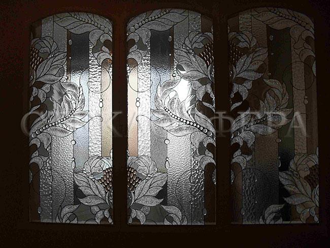 Сувениры и изделия из художественного стекла, производство эксклюзивных стеклянных сувениров. Витраж из бесцветного фактурного стекла с объемными декорами