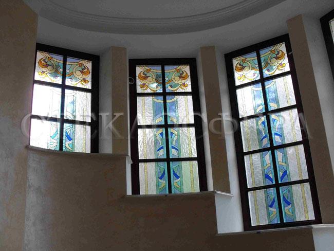 Витражи на окна. Купить витражные окна в Москве. Витражные окна эркера винтовой лестницы особняка