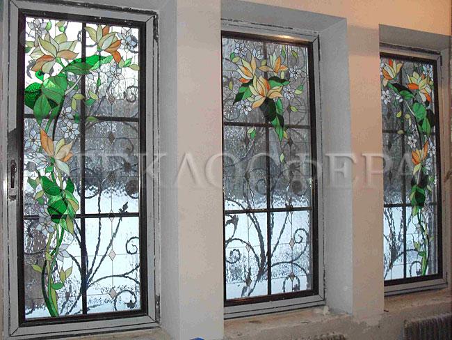 Витражи на окна. Купить витражные окна в Москве. Витраж на три окна с переходящим цветочным рисунком