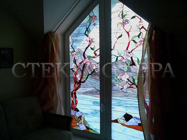 Витражи на окна. Купить витражные окна в Москве. Витраж «Горный пейзаж с сакурой» в мансардном окне