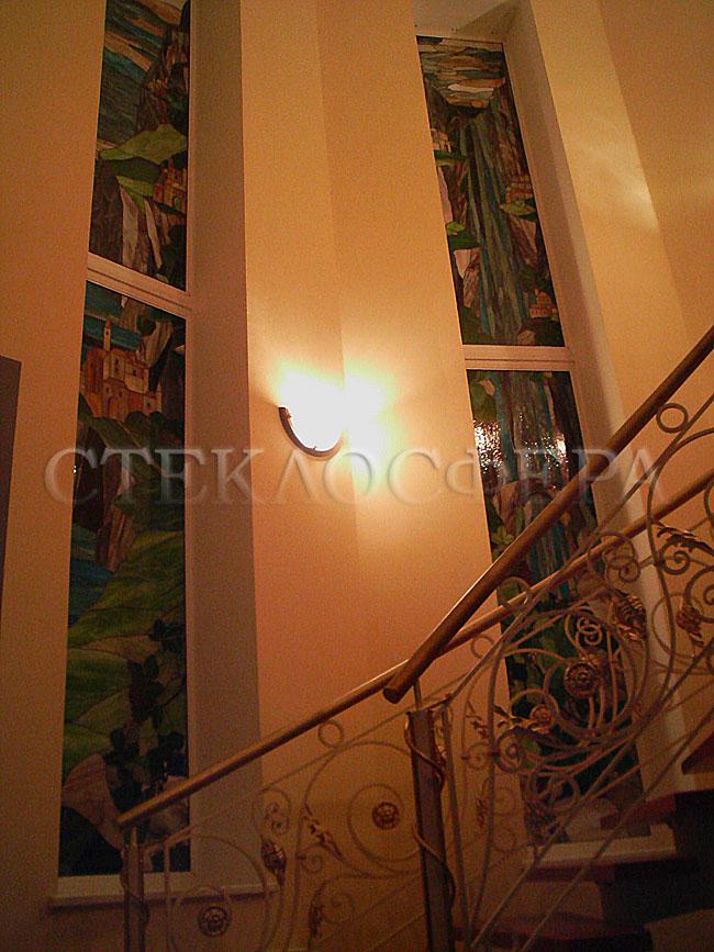 Витражи на окна. Купить витражные окна в Москве. Витражи «Город на скалах» в окна лестничного эркера, оконный витраж