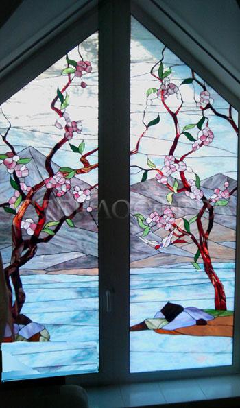 Витражи на окна. Купить витражные окна в Москве. Клиновидное окно с витражным стеклом «Цветение сакуры»