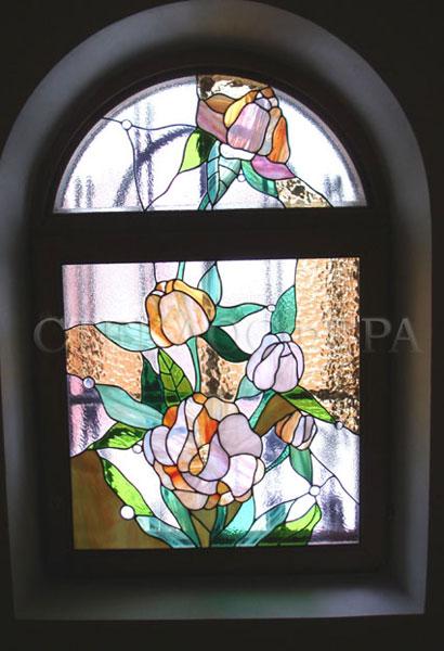 Витражи на окна. Купить витражные окна в Москве. Арочное окно с витражом «Пионы»