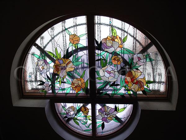 Витражи на окна. Купить витражные окна в Москве. Циркульное окно с витражом «Пионы»