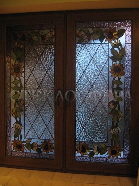 Витражи на окна. Купить витражные окна в Москве. Окно с витражом «Подсолнухи» и классической плетенкой